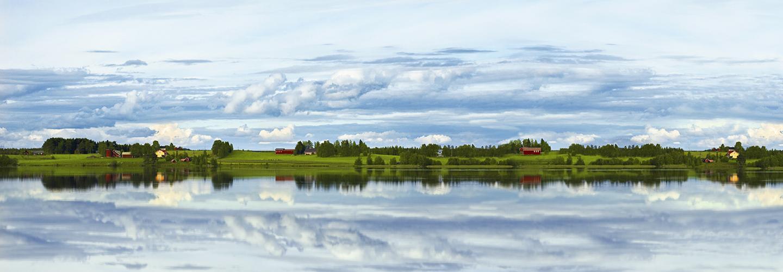 Pelto järvimaisemassa